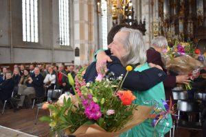 Hetty Huisman (dochter van Dolf Henneke) bedankt Vincent Robijn (directeur-bestuurder Allemaal Zwolle) tijdens opening van de expositie 'De Zwolse Lente'