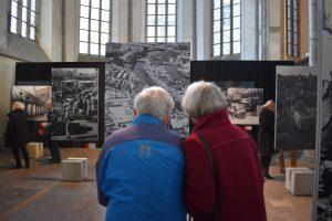 Bezoekers van de expositie 'De Zwolse Lente' in het Academiehuis de Grote Kerk