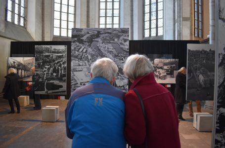 Bezoekers bekijken de foto's in de expositie De Zwolse Lente