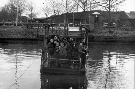 Lezing Willemsvaart - Willemsvaart pontje 7 12 64 uit vaart